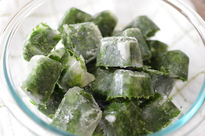 Долго можно хранить зелень во льду, так сохраняются её цвет, форма и аромат