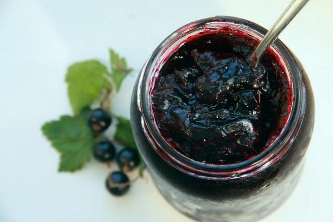 Витаминизированный десерт из цитрусовых и ягод черной смородины отличается изысканными вкусовыми качествами