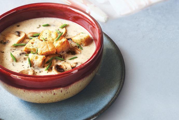Особой популярностью пользуется грибной суп с гренками