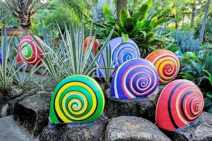 Украсить сад и сделать его оригинальным можно не только при помощи скульптур из натурального камня