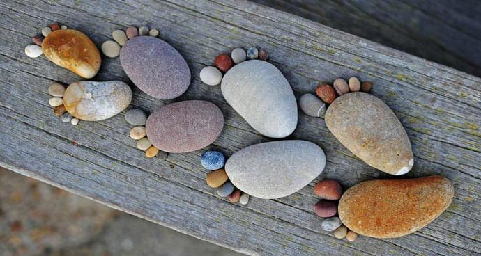 Морские камни выложены в виде отпечатков стоп