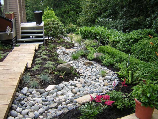 Каменный ручей – популярный прием оформления сада, пришедший с Востока