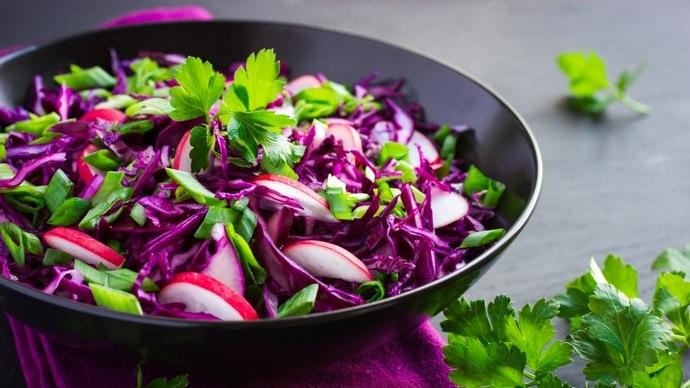 Полезные свойства краснокочанной капусты широко используются в профилактике и лечении многих заболеваний