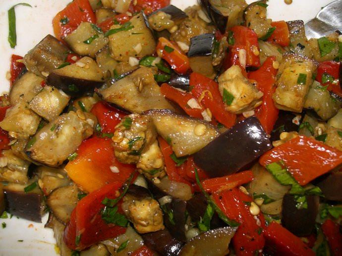 Овощные салаты из баклажанов считаются шедевром кулинарного консервирования