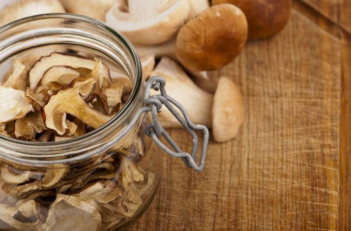 Сушеные грибы обладают очень высоким уровнем гигроскопичности, вследствие чего их хранение осуществляется в закрытой стеклянной таре при температурном режиме в 8-10°С