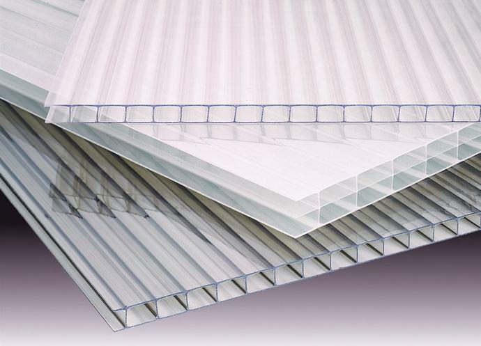 Поликарбонат представляет собой твердый светопрозрачный пластик с ячеистой структурой