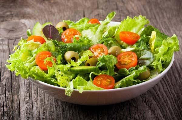 Блюда из сочных листочков обладают мягким, немного сладковатым вкусом, и гармонично сочетаются практически любыми ингредиентами