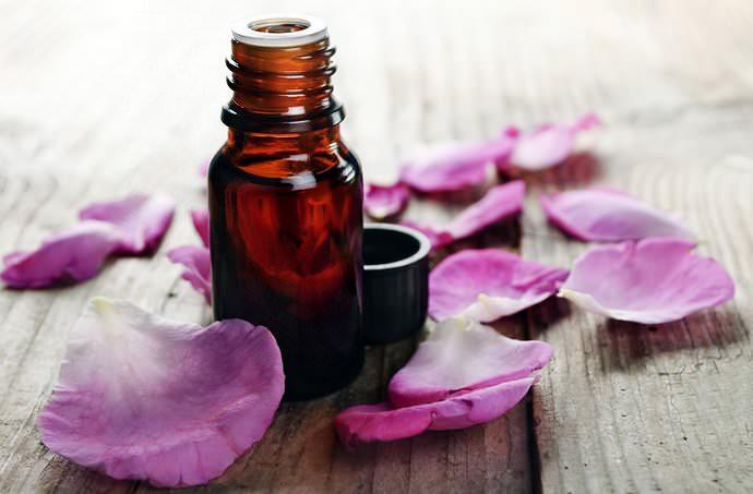 Эфирные и жирные масла цветов шиповника обеспечивают вяжущие, бактерицидные и противовоспалительные качества