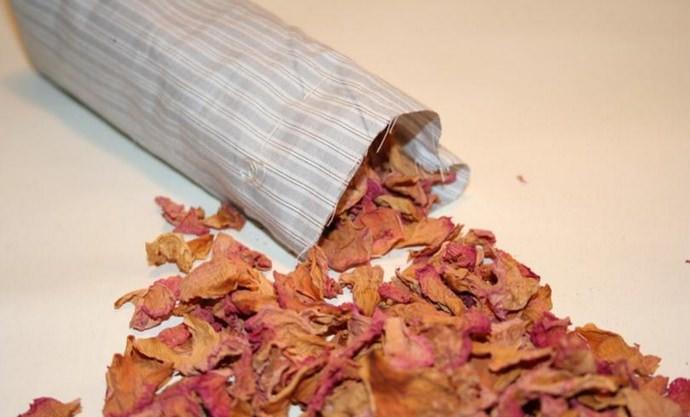 Высушенные и измельченные лепестки шиповника служат популярной добавкой для наполнителей травяных и успокаивающих подушек