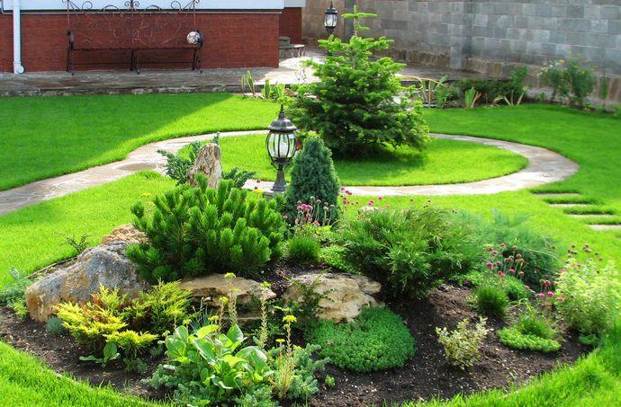 Почва под горкой должна хорошо пропускать воздух, а сам участок должен быть отлично освещен, так создаются лучшие условия для произрастания цветов