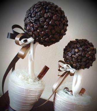 Топиарии из кофейных зерен — эффектные аксессуары, которые можно подарить или использовать для украшения собственного дома