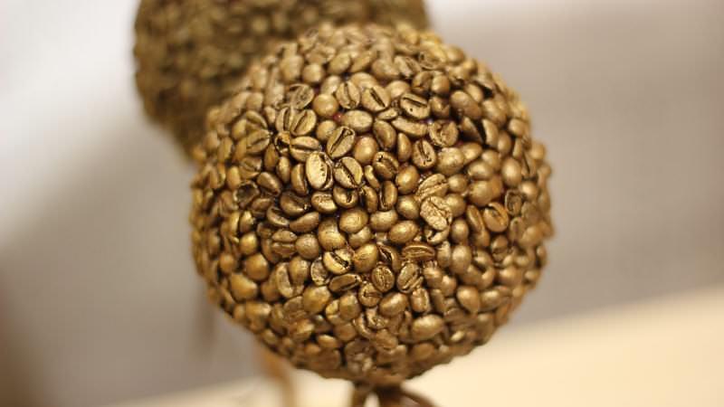 Обжаренными зернами кофе можно украсить любые самодельные изделия