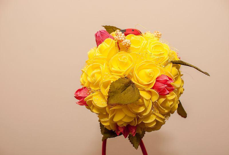 Деревца счастья, украшенные розами, могут быть самыми различными