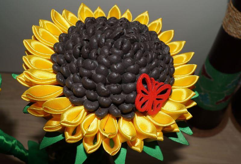 Вариантов оформления цветочных композиций при изготовлении топиариев из подсолнухов может быть множество