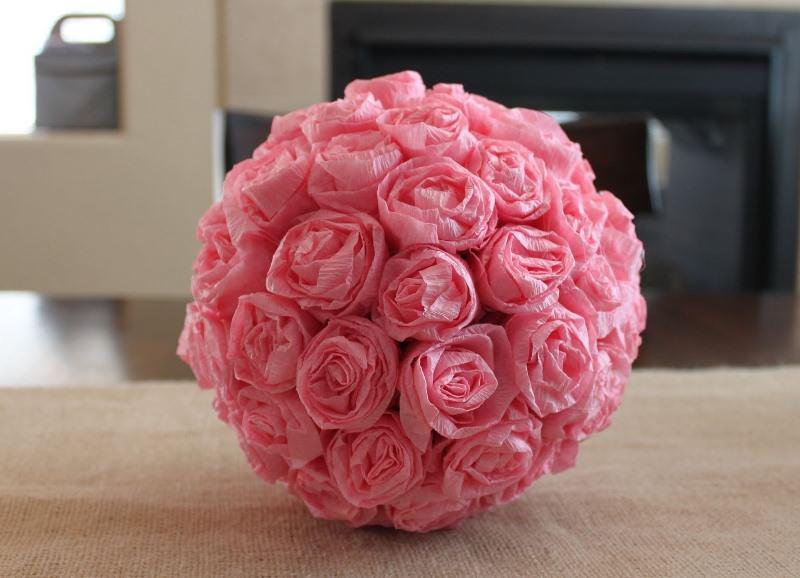 Красиво и интересно смотрятся розы из гофрированной бумаги