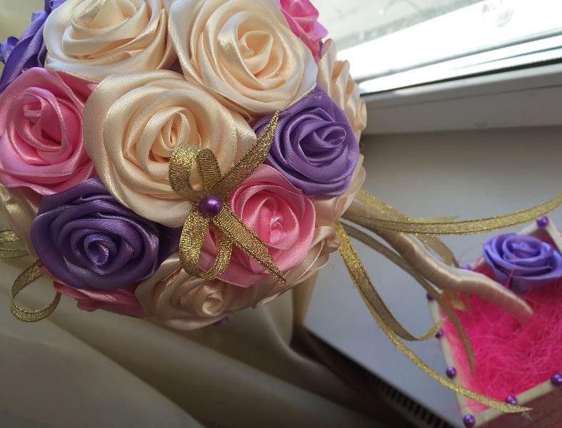 Красиво и необычно смотрится топиарий из атласных роз
