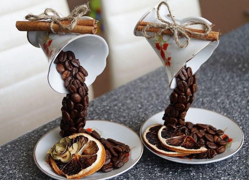 Помимо деревца, большой популярностью пользуется топиарий в виде чашки, из которой что-то сыпется на блюдце
