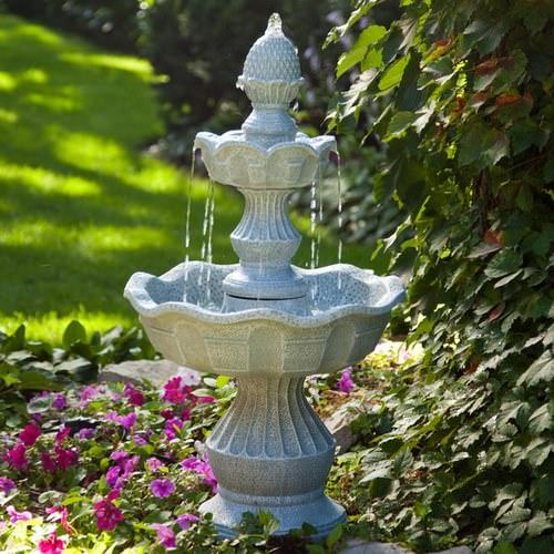 Декоративный садовый фонтан – необычное и очень современное ландшафтное украшение на участке
