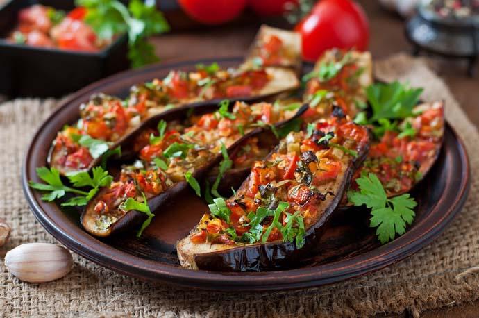 Баклажаны не только очень полезны для здоровья, но и облачают отменными вкусовыми качествами, поэтому широко используются в кулинарии