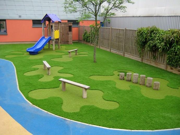 Искусственное газонное покрытие или травка в рулонах является хорошей альтернативой для оформления игровых площадок и других территорий