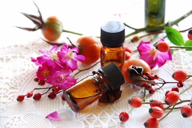 Масло шиповника – сильное средство против кожных проблем, судорог и влагалищных заболеваний