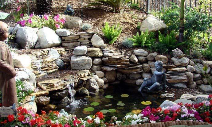 Для посадки возле водопада лучше всего выбрать неприхотливые растения