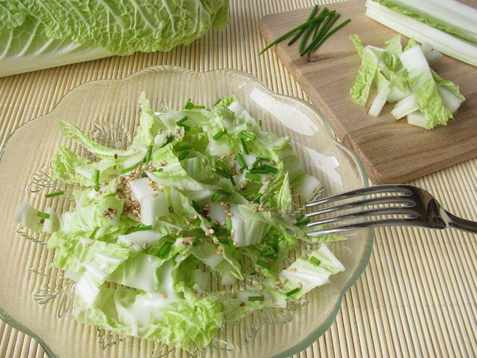 Пекинская капуста относится к категории низкокалорийных продуктов и её регулярное употребление допускается даже при диетах для похудания