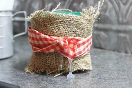 Декорирование цветочных горшков тканью или мешковиной