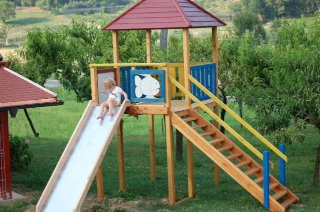 Безопасность определяется многими параметрами, но очень важно, чтобы горка была устойчивой, прочной и выдерживала вес сразу нескольких детей