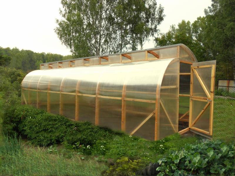 Установка поликарбоната на каркас деревянной теплицы происходит быстро и достаточно просто