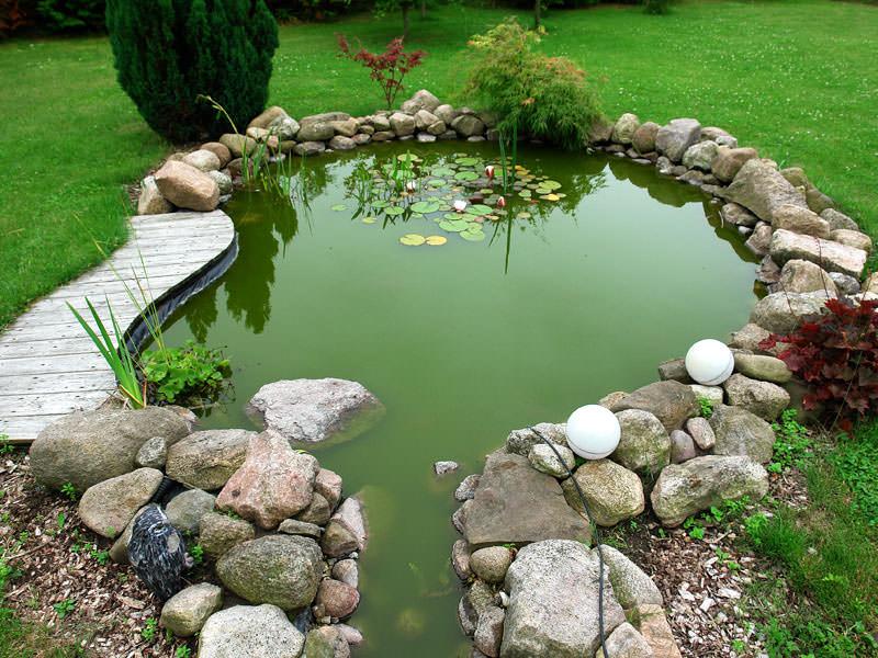 Декоративный искусственный водоем на даче