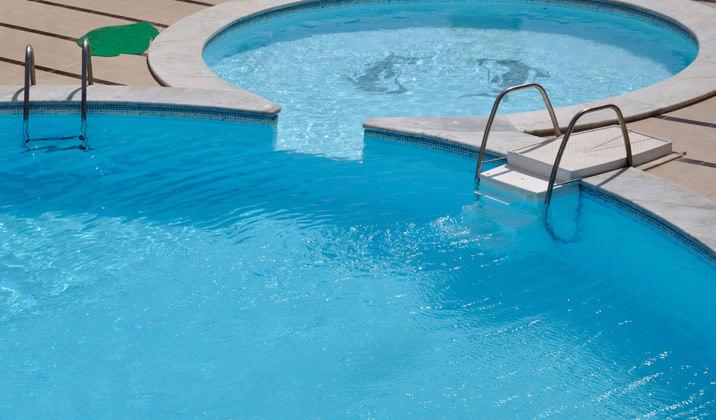 По своему составу, чистая вода считается нейтральной, но в бассейнах с водопроводной водой, она имеет совсем другие показатели