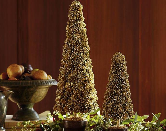 Из шишек сосны или ели можно выполнить топиарий конусообразной формы