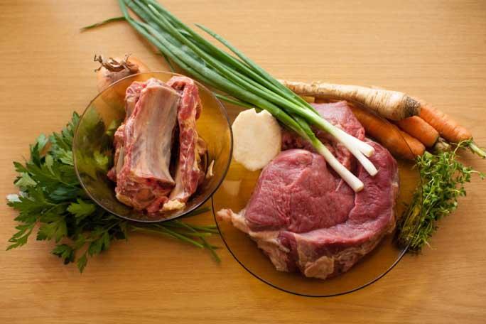 Насыщенный бульон для рассольника получается, если варить мясо на кости