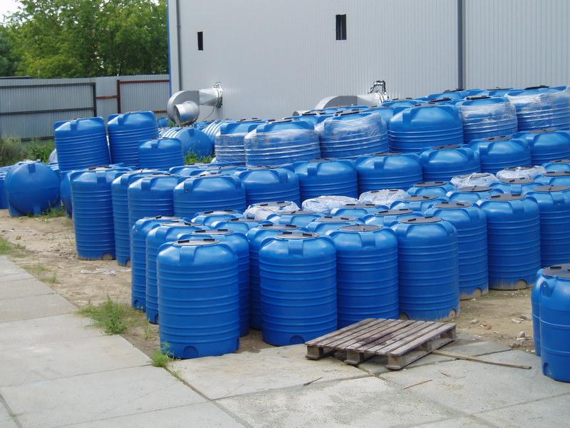 Пластиковые емкости под воду — самые удобные и практичные для дачного участка