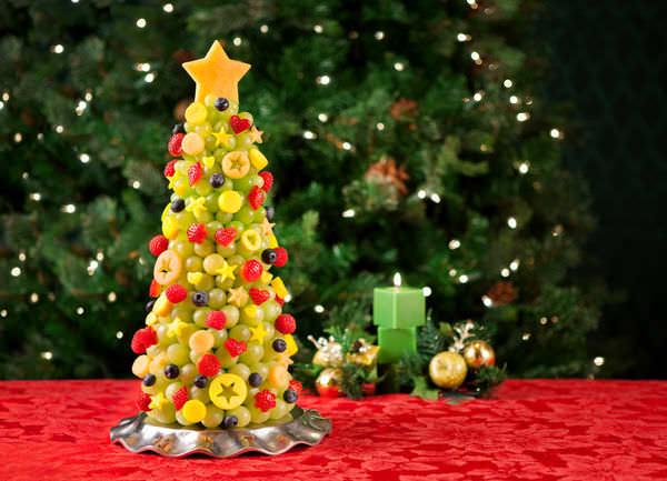 В преддверие Нового года актуален необычный виноградно-фруктовый десерт «Елка»