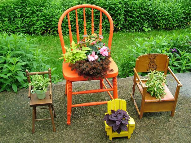 Из старого стула тоже можно выполнить неплохой цветочный вазон