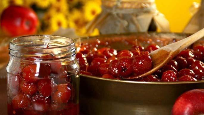 Из райских яблок варят уникальное варенье, плоды используют как украшение десертов, из них делают цукаты