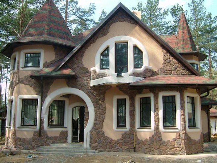 Сочетая различные виды отделки, можно сделать оригинальный фасад загородного дома