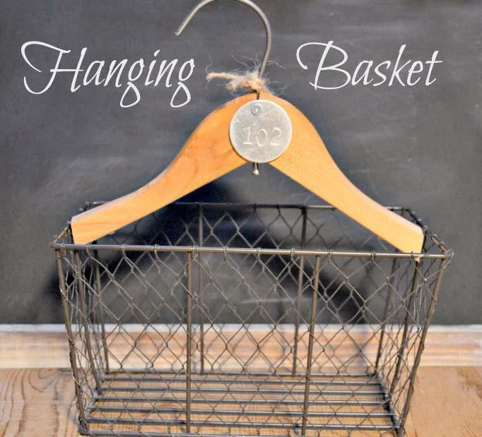 Самый практичный вариант – вешалка с плетеной корзиной, прикрепленной к нижней ее части