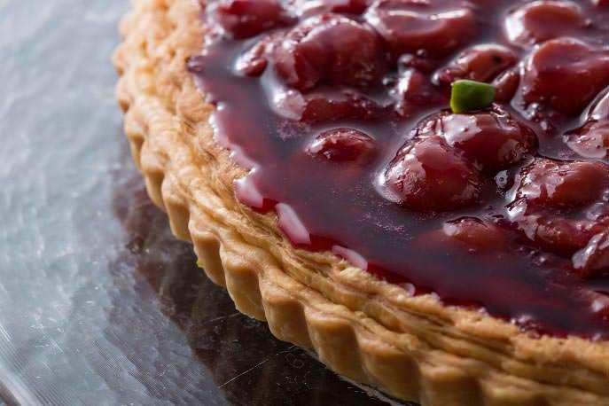 Открытый вишневый пирог очень прост в приготовлении