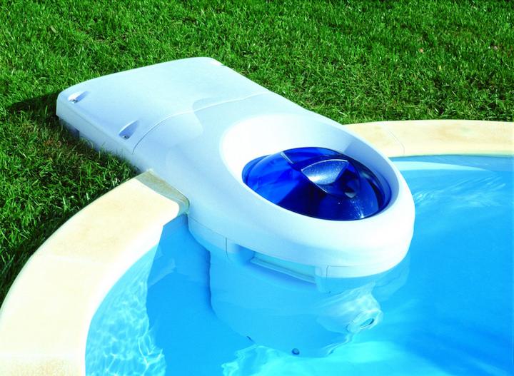Правильно установленный фильтр производит забор воды с поверхности бассейна