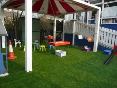 Не знаете, как оформить газон? Установите детскую площадку, что не только решит вопрос, но также поможет организовать место для игр детей