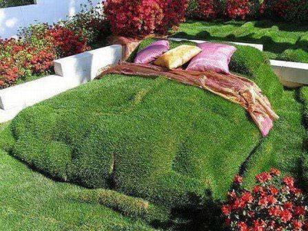 Невероятное украшение газона на даче, настоящий шедевр в виде большой кровати