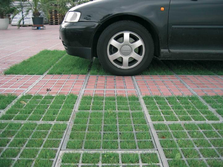 Использование газонной решётки на парковке позволяет ликвидировать переувлажнение территории
