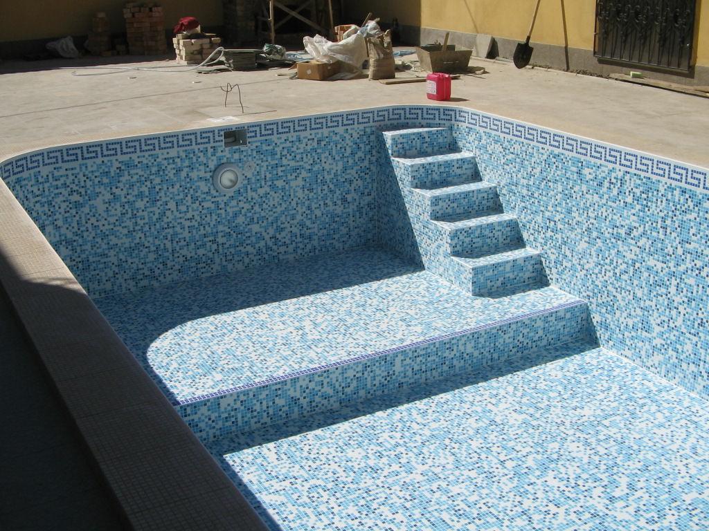 Гидроизоляция — это создание специального защитного слоя, который предотвращает проникновение вод снаружи всей конструкции, и изнутри нее