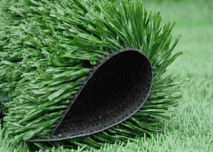 Выполнен искусственный газон обычно из плотного пластика, который не наносит вреда окружающей среде