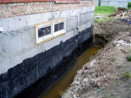 Высокий уровень воды около постройки может нанести вред фундаменту
