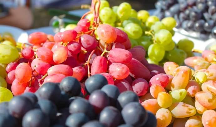Производство белого вина может осуществляться из красных, белых и розовых сортов винограда