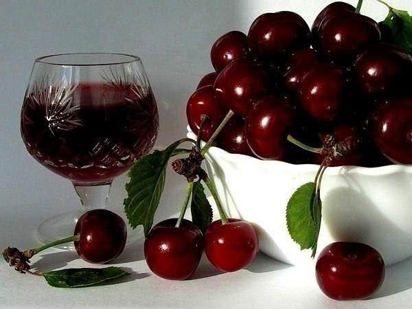 Вино из вишни имеет терпковатый вкус и рубиновую окраску